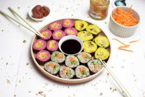 drie kleuren sushi met sushi gember en umeboshi