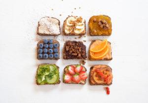 gekiemd brood met broodbeleg, fruit en notenpasta